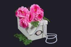 Kasten mit Blumen und Perlen Stockfoto