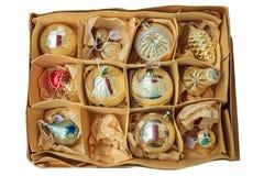 Kasten mit den Weinlese Weihnachtsbällen lokalisiert auf Weiß Stockfotos