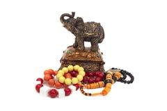 Kasten mit einem Elefanten und einem Schmuck Lizenzfreies Stockfoto