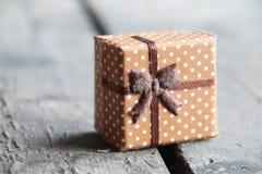 Kasten mit einem Geschenk auf einem Holztisch Lizenzfreie Stockbilder