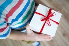Kasten mit einem Geschenkvalentinsgrußherzen in einem child& x27; s-Hand auf Valentine& x27; s stockbilder