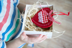 Kasten mit einem Geschenkvalentinsgrußherzen in einem child& x27; s-Hand auf Valentine& x27; s lizenzfreie stockfotos