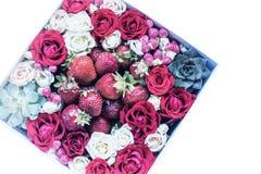Kasten mit Erdbeeren und Rosen Lizenzfreies Stockfoto