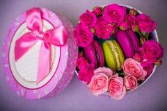 Kasten mit Frühlingsfarbmakronenhintergrund für Valentinsgrüße bemuttern Frauentag Ostern mit Liebe Lizenzfreies Stockfoto