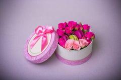 Kasten mit Frühlingsfarbmakronenhintergrund für Valentinsgrüße bemuttern Frauentag Ostern mit Liebe Stockfotografie