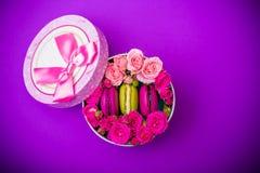 Kasten mit Frühlingsfarbmakronenhintergrund für Valentinsgrüße bemuttern Frauentag Ostern mit Liebe Stockbilder
