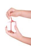 Kasten mit Geschenk in den Händen Stockbild