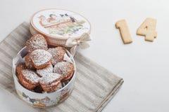 Kasten mit Kuchen in Form des Herzens Stockfoto