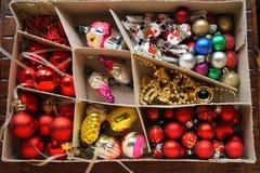 Kasten mit Kugeln und Weihnachtsdekorationen Stockfoto