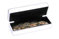 Kasten mit Münzen Stockfoto