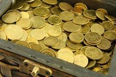 Kasten mit Münzen Stockfotos