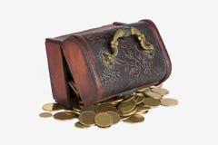 Kasten mit Münzen auf einem weißen Hintergrund Lizenzfreie Stockfotografie