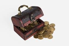 Kasten mit Münzen auf einem weißen Hintergrund Stockfotografie