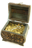 Kasten mit Münzen und Taste Stockfoto