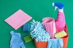 Kasten mit Reinigungsmitteln und Desinfektionsmitteln für das Säubern des Hauses lizenzfreie stockfotos