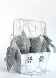 Kasten mit silberner Weihnachtsdekoration. Vertikal Lizenzfreie Stockbilder