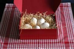 Kasten mit Straw And Eggs Stockfoto