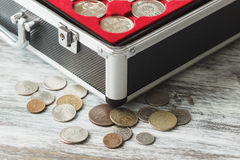 Kasten mit verschiedenen Kollektor ` s Münzen Lizenzfreies Stockbild