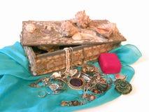 Kasten mit Wertsachen und Schatz Stockbild