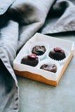 Kasten nützliche rohe Schokoladenbonbons Stockfotografie