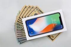 Kasten neues iPhone X iPhone 10 auf amerikanischem Banknotengeld auf MA Lizenzfreie Stockbilder