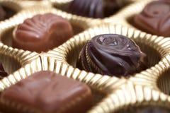 Kasten Schokoladen im goldenen Paket stockfoto