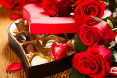 Kasten Schokoladentrüffeln mit roten Rosen Lizenzfreies Stockbild