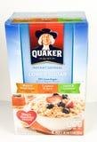 Kasten sofortigen Hafermehls Quakers, schwach gezuckert auf einem weißen Hintergrund stockfotografie