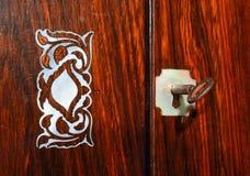 Kasten-Spitze im Rosenholz mit Perlmutteinlegearbeit und Wappen und Schlüssel stockfotos