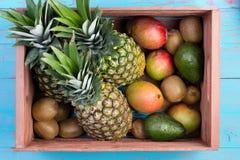 Kasten tropische Früchte in der Marktkiste auf Markttabelle Stockbild