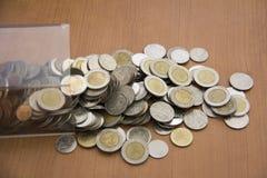 Kasten und Münzen Stockfotos