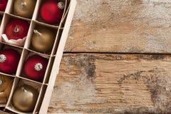 Kasten verpacktes Gold und rote Weihnachtsverzierungen Stockfoto