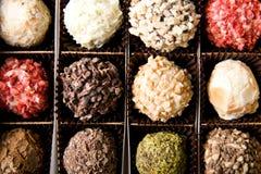 Kasten verschiedene handgemachte Luxusschokoladen lizenzfreie stockfotos