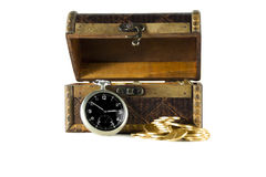 Kasten voll von Goldmünzen der alten Uhr stockfoto