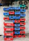 Kasten von Getränken auf Straße in Quezon-Stadt in Manila, Philippinen Lizenzfreies Stockfoto