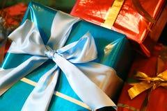 Kasten von Rotem und vom blauen Geschenk Stockfotos