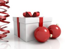 Kastengeschenk mit Weihnachtskugeln Stockfotografie