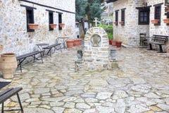 Kastoria Iglesia de nuestra señora Mavritosy headstone fotografía de archivo libre de regalías