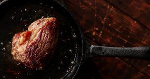 Kastrull med grillat kött på tabellen arkivfilmer