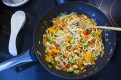 Kastrull var du lagar mat grönsaker royaltyfria bilder