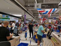 Kasy karciana zapłata przy Carrefour Vulcan, Rumunia fotografia stock