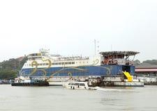 Kasyna mogą znajdujący w Goa na łodziach dokować w Mandovi rzece Zdjęcia Royalty Free