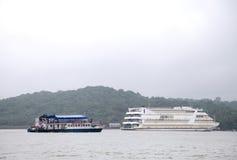 Kasyna mogą znajdujący w Goa na łodziach dokować w Mandovi rzece Fotografia Royalty Free
