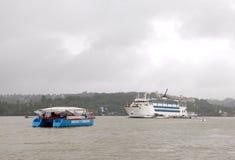 Kasyna mogą znajdujący w Goa na łodziach dokować w Mandovi rzece Zdjęcie Stock