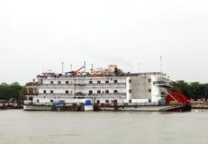 Kasyna mogą znajdujący w Goa na łodziach dokować w Mandovi rzece Obraz Royalty Free