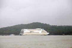 Kasyna mogą znajdujący w Goa na łodziach dokować w Mandovi rzece Zdjęcie Royalty Free
