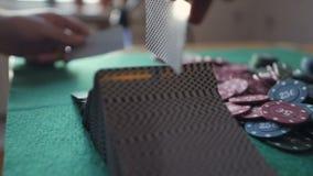 Kasyno: Handlowiec człapie grzebak karty na stole Ręki zakończenie Kasynowy hazard zbiory
