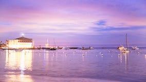 Kasyno przy Catalina wyspy odsadzką z statkami w zatoce przy zmierzchem z purpurowymi niebami fotografia royalty free