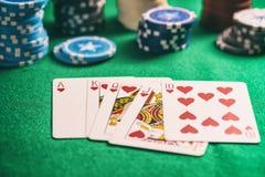 Kasyno, uprawia hazard pojęcie Serce królewskiego sekwensu karty i grzebaków układy scaleni na zieleni czującej obrazy royalty free