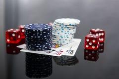 Kasynowa abstrakcjonistyczna fotografia Partia pokeru na czerwonym tle Temat uprawia? hazard zdjęcia royalty free